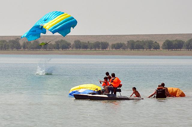 Спасатели быстро подплывали к приводнившимся парашютистам