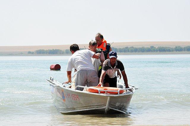 Спасатели подплывают к берегу