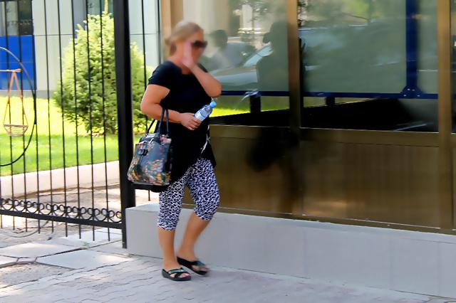 В суд женщина пришла с опозданием и избегала видеокамер и представителей СМИ