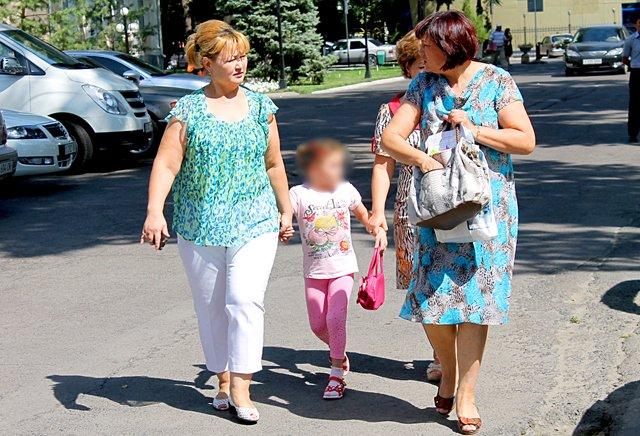 8 летняя пострадавшая девочка пришла на слушание в сопровождении законных представителей