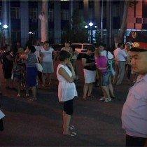 Для проведения рейда,у городского акимата собрались сотрудники образования, акамата, районных прокуратур и районных РОВД