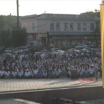 В городской мечети собрались сотни верующих чтобы прочитать священную молитву