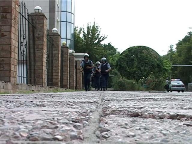 Сотрудники полиции бегут на свои боевые позиции