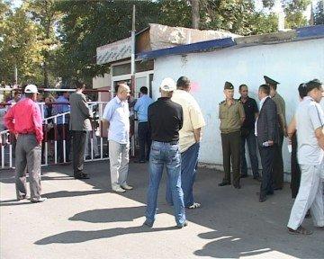 Судебные приставы опечатали торговые ряды базара Акбар