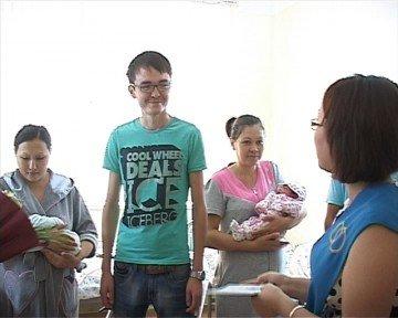 Сразу три пары, в областном перинатальном центре, получили документы, цветы и подарки от сотрудников городского отдела ЗАГС