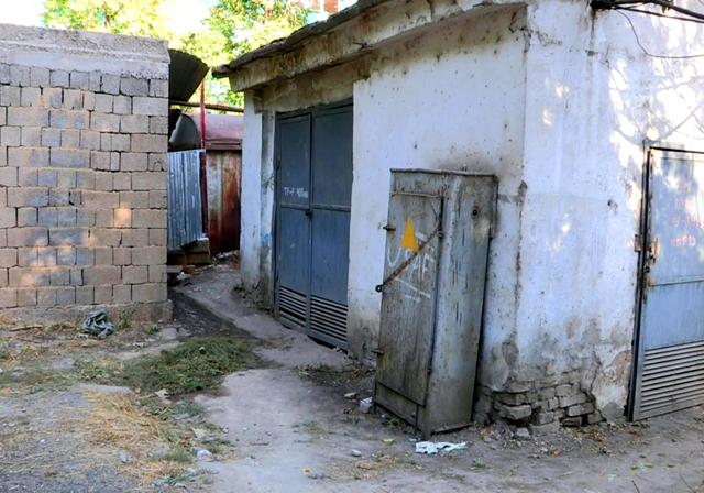 Рабочие установили туалет между гаражами во дворе дома проспекта Республики №8