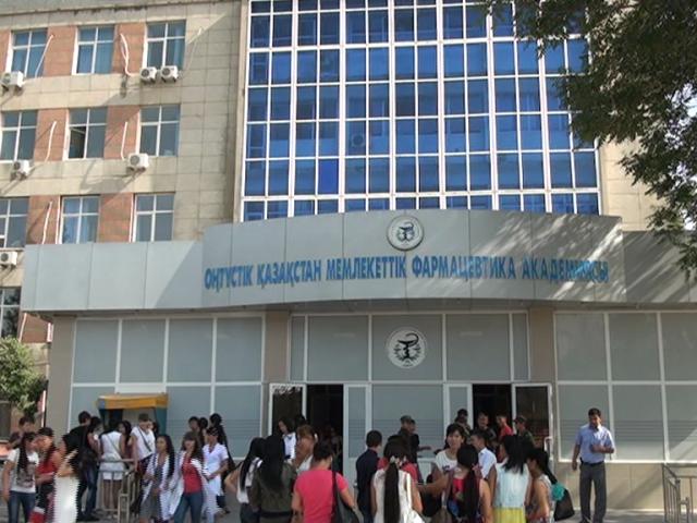 В гости с подарками к пенсионерам и инвалидам приехали студенты и руководители Южно-Казахстанской государственной фармацевтической академии