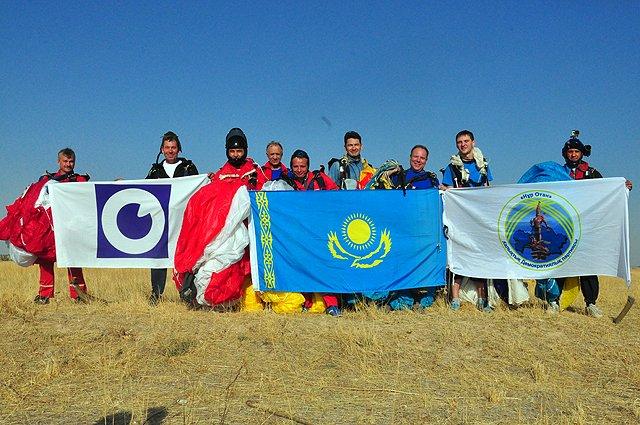 """Свои прыжки парашютисты посвятили телеканалу """"Отырар TV"""", партии «Нур Отан» и, конечно же, всему Казахстану"""