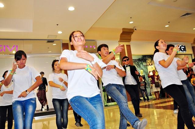 Студенты Шымкента устроили танцевальное безумие