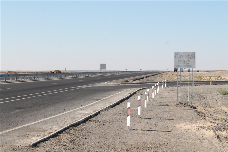 Повернуть налево, туда, где находятся Сауран, с трассы оказалось невозможно из-за металлического ограждения, разделяющего полосы
