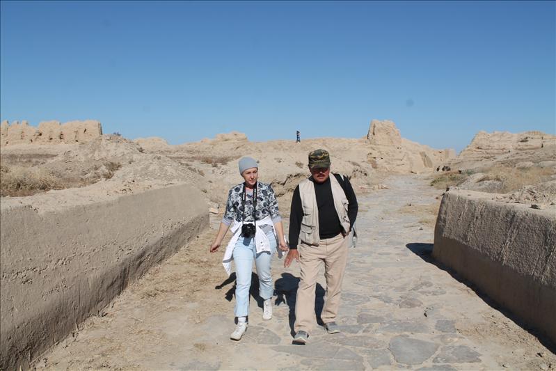 По этой древней мостовой когда-то проходили торговые караваны и военные формирования, мудрецы и путешественники