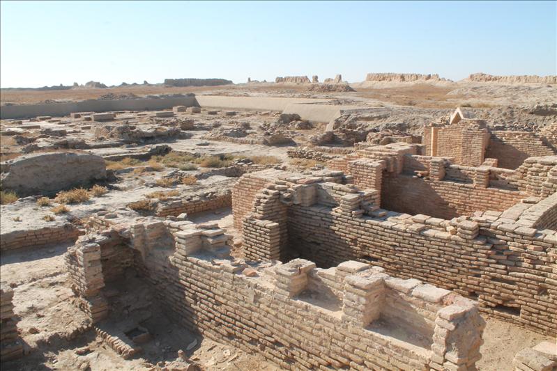 Слева руины мечети, справа - медресе, которое как считают археологи, было построено в XIV веке и  просуществовало в XV