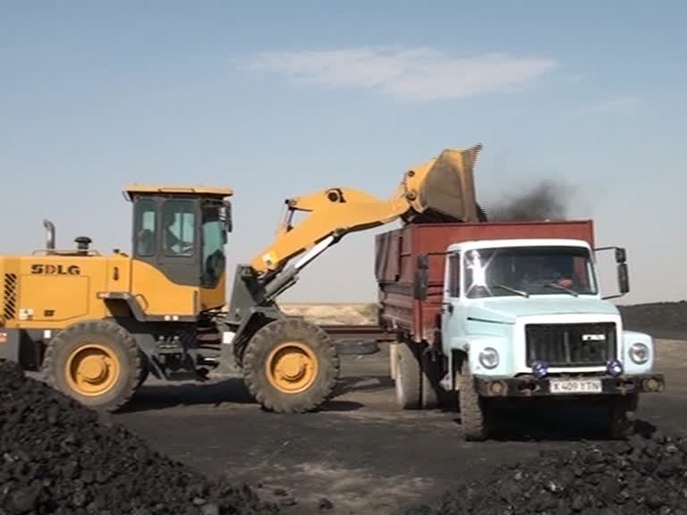 Погрузка угля в автомашину