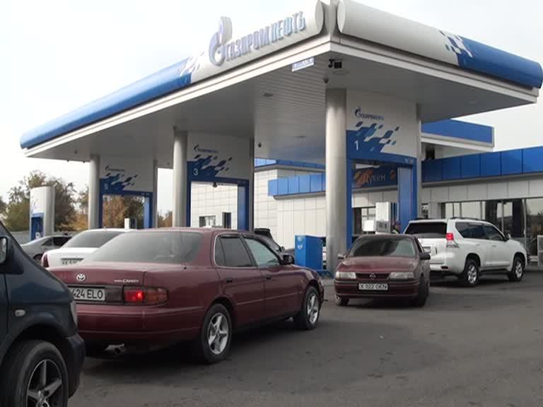 Автовладельцы Шымкента в ожидании заправиться бензином