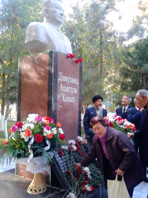 Гости и отдыхающие возложили цветы у памятника Динмухамеда Конаева