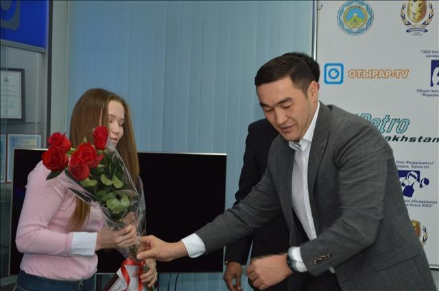 Айдана Арапбаева получает цветы от Аскара Турисбекова
