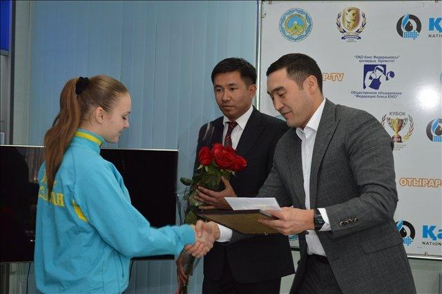 Цветы, конверт с деньгами и диплом получила и Любовь Хасиева