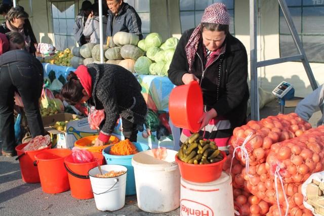 Тут же расположились женщины, предлагавшие всем желающим прикупить салатов и разносолов.
