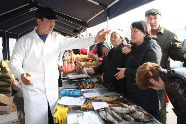 За возможность прикупить рыбки народ готов был опуститься до выяснений отношений.