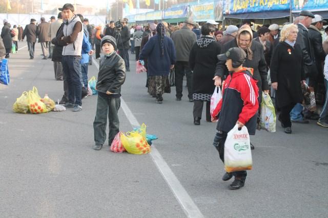 Пока родители носились от ряда к ряду, дети ждали в сторонке.