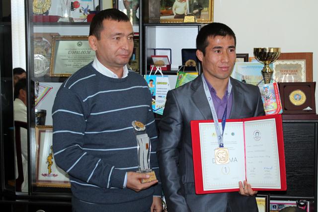 Нурсултан Калмурзаев, чемпион мира по греко-римской борьбе, со своим тренером