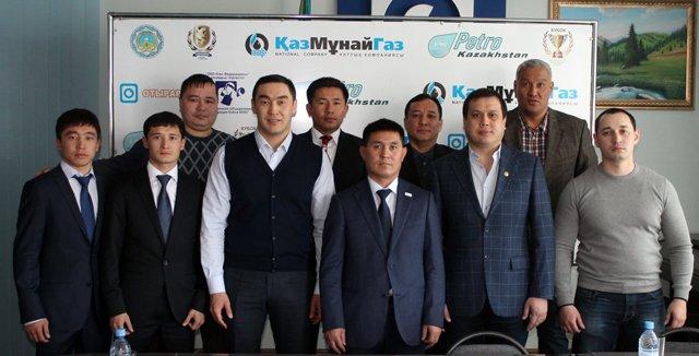 Участники чемпионата Рк по боксу вместе с президентом федерации бокса ЮКО Аскаром Турисбековым
