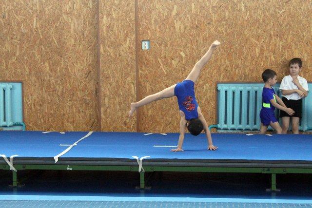 "Спортивное упражнение в акробатике ""Колесо"" в исполнении Дияра Ирисметова"