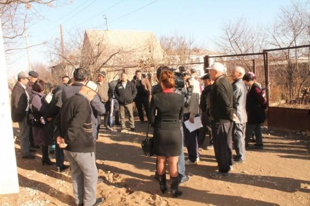 Встреча недовольных дорогой жителей Шубарсу с чиновниками
