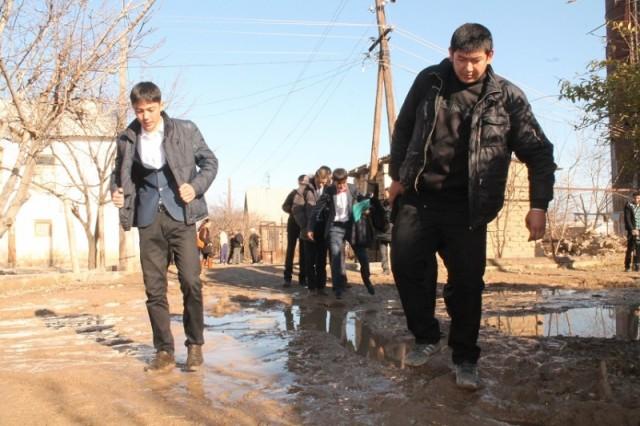 Ученикам приходится каждый день преодолевать грязевые препятствия