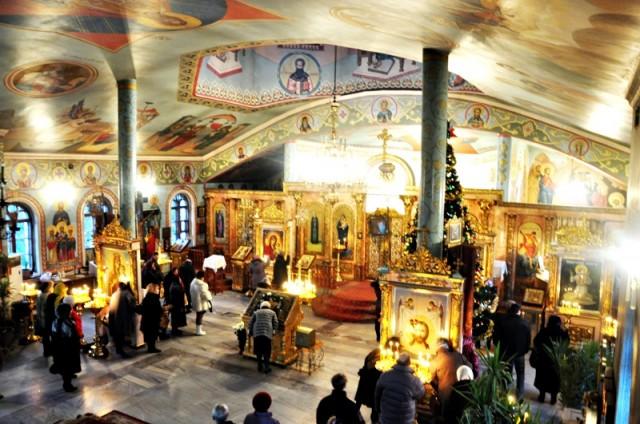 сотни людей отмечали праздник Рождества в церкви