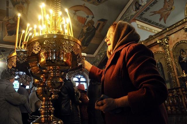 Люди зажигают свечи чтобы сердце стало путем к Вифлеемским яслям