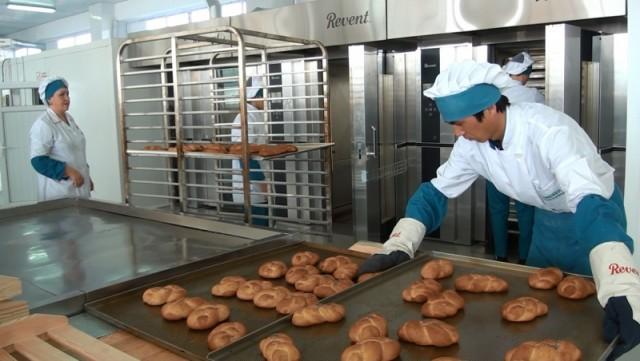 Предприятие предлагает своим клиентам свежеиспеченный хлеб прямо с конвейера