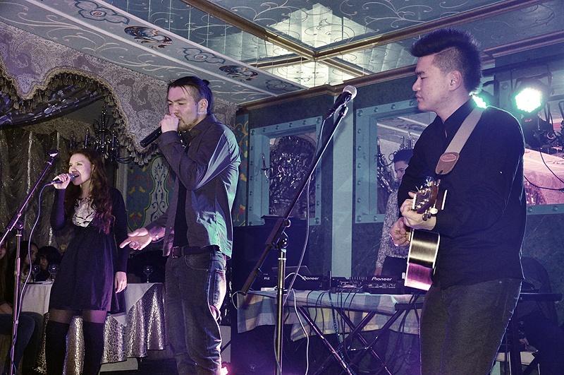 Концерт ребята начали с патриотичного трека про Шымкент