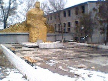 В Сайраме близ памятника героям Великой отечественной войны обнаружены останки животных
