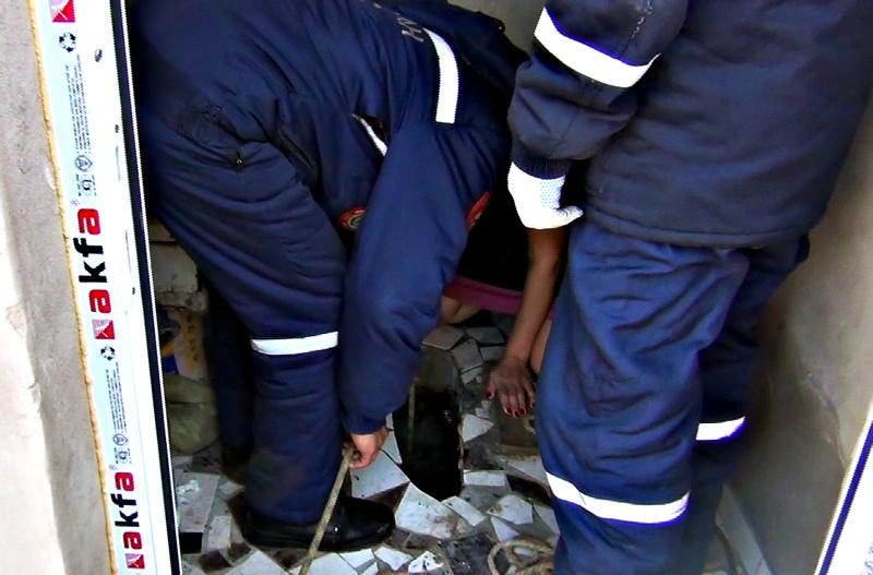 Спасатели вытащили 7-летнюю девочку из туалета
