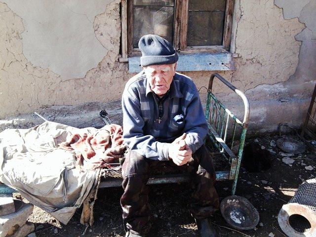 В Шымкенте 83-летний мужчина вынужден жить в сарае