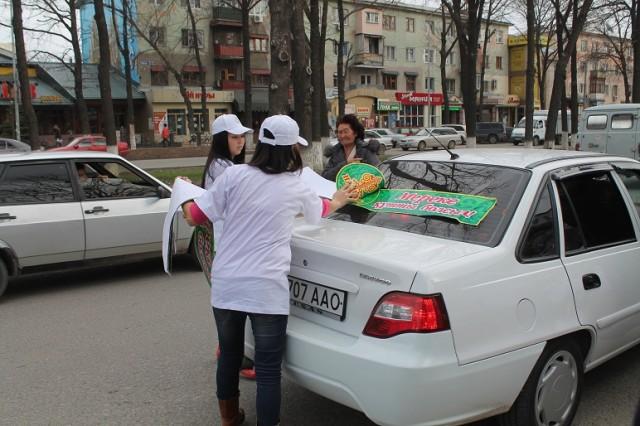 Украсили активисты и машины водителей, которые не были против