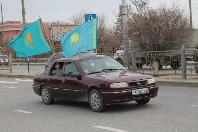 Из каждого автомобиля развевался флаг Казахстана