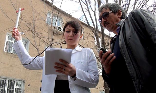 Представители центра санитарно-эпидимиологической экспертизы с помощью приборов измерили уровень электромагнитного поля