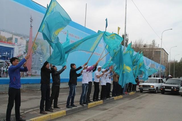 Молодое активисты пытались показать свой патриотизм и сразу поздравить шымкентцев