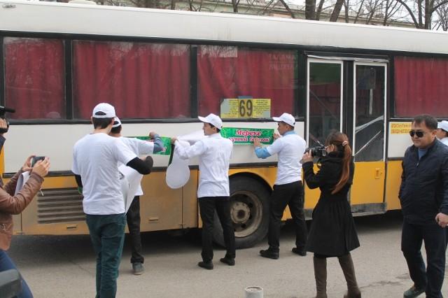 После автопробега и шествия с флагами парни и девушки украсили проезжающие автобусы праздничными наклейками
