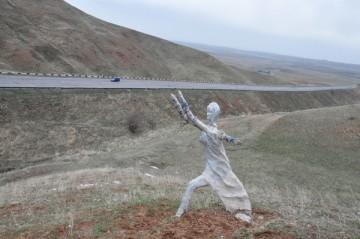 Шымкент. Скульптура Женщины с подобием поломанных крыльев за спиной