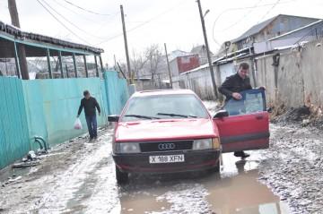 После первой же непогоды улицу Карасу оккупировала непролазная грязь