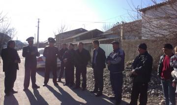 Сотрудники ДЧС по ЮКО и отдела ЖКХ Шымкента уговаривали горожан очистить арыки от мусора