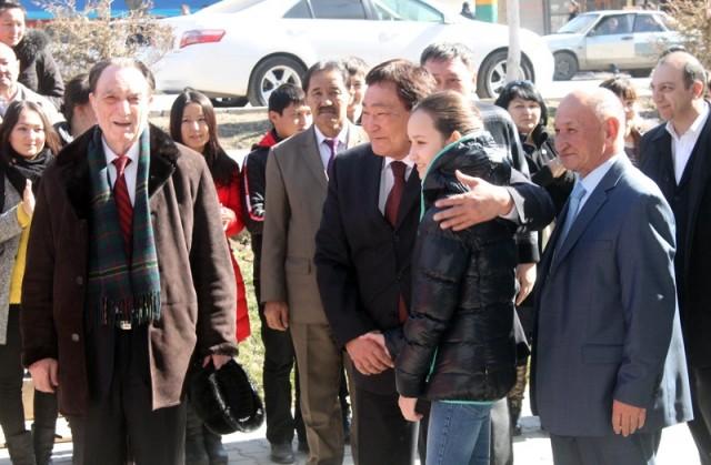 Ректор ЮКГПИ Оналбай Аяшев приветствует объятием Жансаю Абдумалик