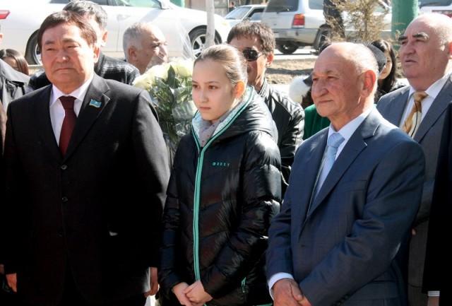 Слева на право: ректор ЮКГПИ Оналбай Аяшев, гроссмейстер среди девушек Жансая Абдумалик, советник ректора ЮКГПИ Абдумалик Аширов