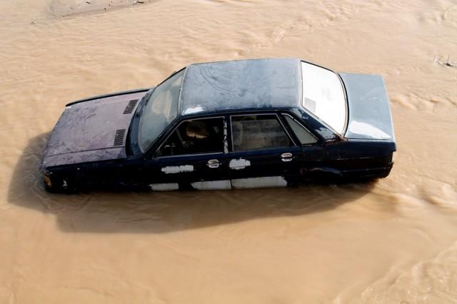 Позже выяснилось, что с моста в реку упала машина, требовалась помощь водителю