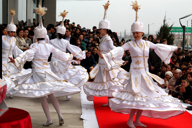 Гостей праздника развлекали танцевальные коллективы