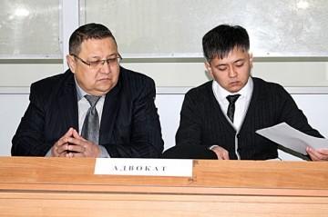 Канат Акильбеков (справа) с адвокатом на суде