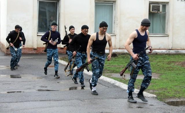 У них средне-специальное образование. По правилам подготовки кадров для органов внутренних дел после еще одного месяца обучения смогут претендовать на сержантские должности